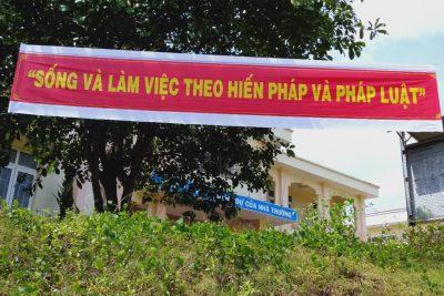 Khẩu hiệu tuyên truyền: SỐNG VÀ LÀM VIỆC THEO HIẾN PHÁP VÀ PHÁP LUẬT